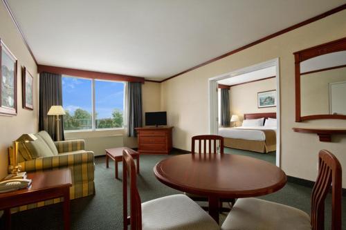 Travelodge Hotel Montreal Airport Photo