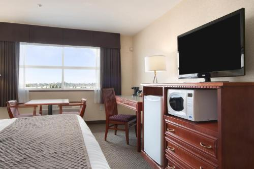 Days Inn & Suites Langley Photo