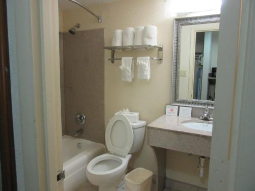 Quality Inn & Suites Airpark East Photo