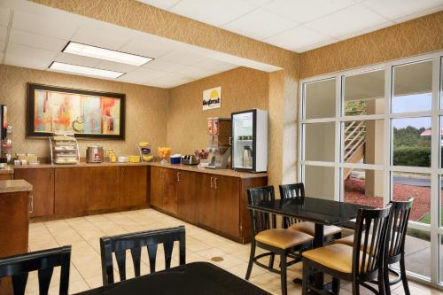 Days Inn By Wyndham Atlanta Stone Mountain - Stone Mountain, GA 30087
