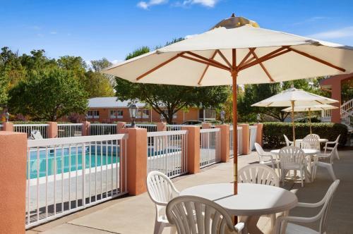 Baymont Inn and Suites Warrenton Photo