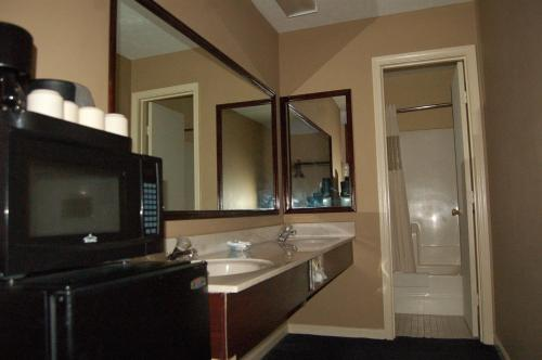 Golden Manor Inn & Suites - Muldraugh, KY 40155