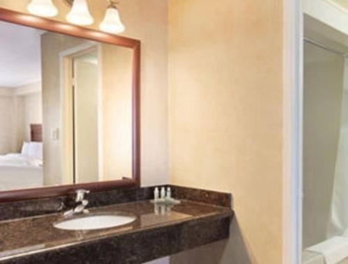 Quality Inn & Suites Niagara Falls - Niagara Falls, ON L2G 1R5