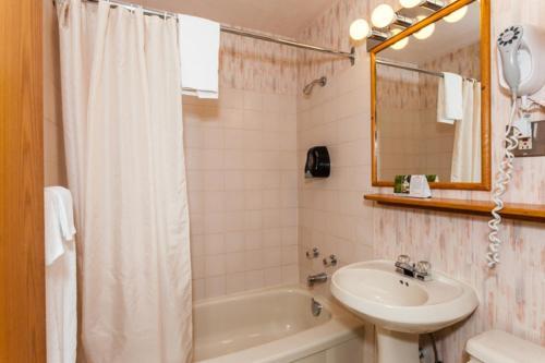 Howard Johnson Hotel By Wyndham Nanaimo Harbourside - Nanaimo, BC V9R 6R4