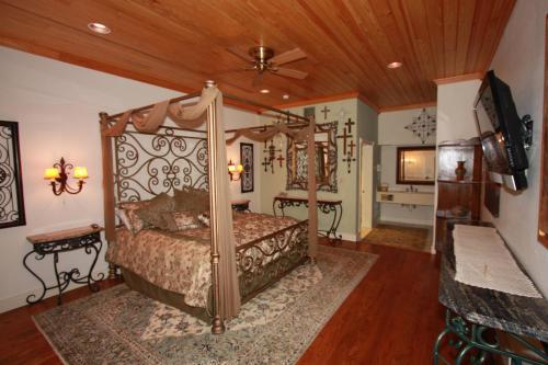Friedhelms Bavarian Inn - Fredericksburg, TX 78624