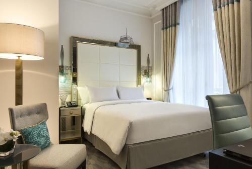108 Rue Saint-Lazare, 75008 Paris, France.