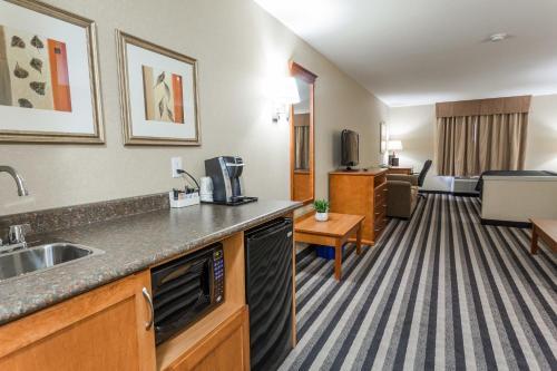 Days Inn & Suites Edmonton Airport Photo
