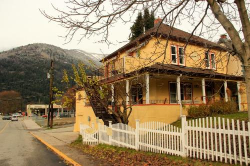 Victoria Falls Guest House - Nelson, BC V1L 4K2