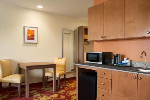 Days Inn & Suites Belmont Photo