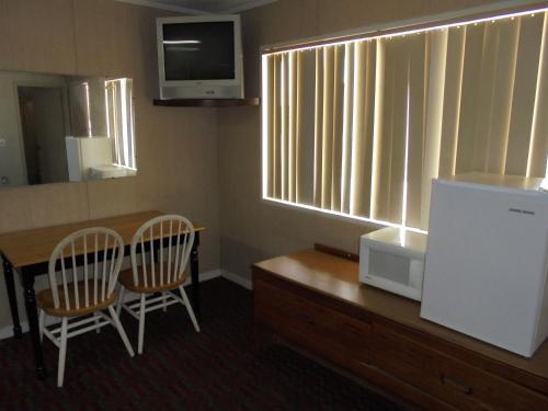 Pine Lodge Motel - Baxley, GA 31513