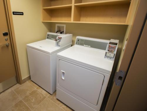 Refresh Inn & Suites - Saskatoon, SK S7N 0W4