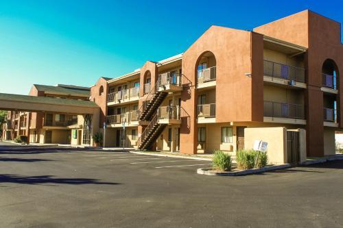Budget Inn and Suites Stockton Yosemite Photo