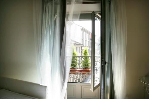 Via San Tomaso 6, Milan 20121, Italy.