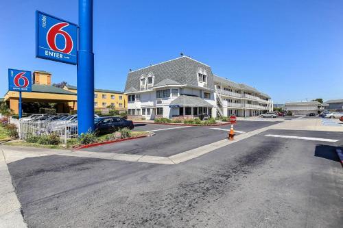 Motel 6 Oakland Airport Photo