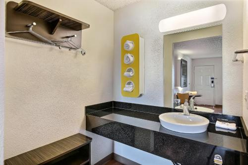 Motel 6 Oakland - Embarcadero Photo