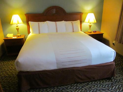 Fireside Inn And Suites - Devils Lake, ND 58301