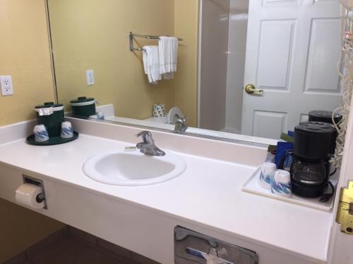 Deluxe 6 Inn & Suites Photo