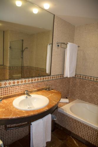 Habitación Doble Estándar - 2 camas  Hotel Nuevo Portil Golf 15