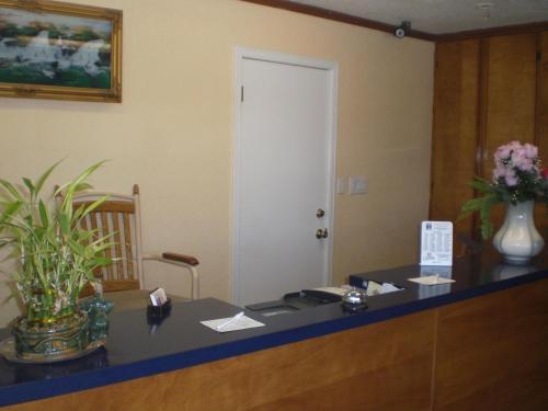 Super 7 Inn Siloam Springs - Siloam Springs, AR 72761