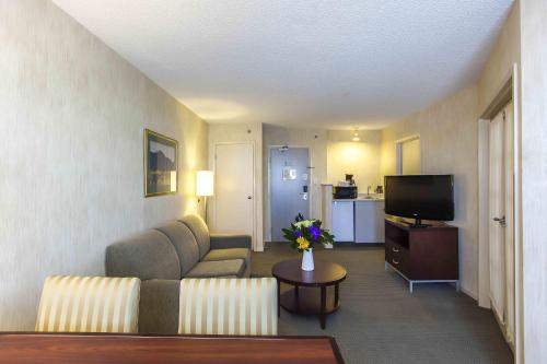 Quality Suites Montreal Airport Photo