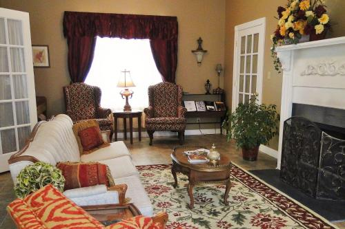 The Hill House Bed & Breakfast - Loretto, KY 40037