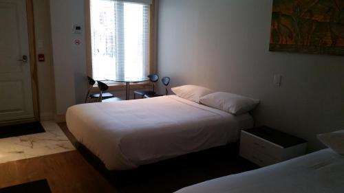 Dundas Apartments & Suites - Toronto, ON M6J 1V2