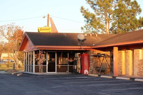 Sportsman's Motel - Eagle Lake, TX 77434