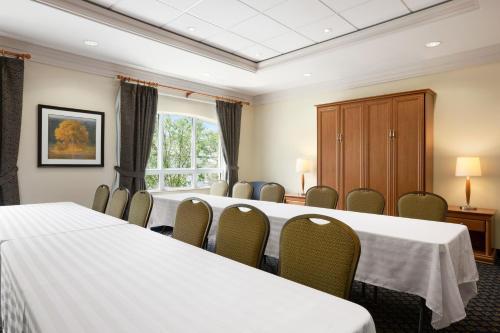 Days Inn & Suites Collingwood Photo