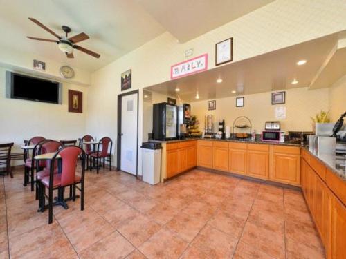 Americas Best Value Inn & Suites El Monte Photo