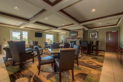 Cobblestone Inn & Suites St Mary's