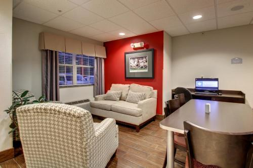Microtel Inn & Suites by Wyndham Tuscaloosa Photo