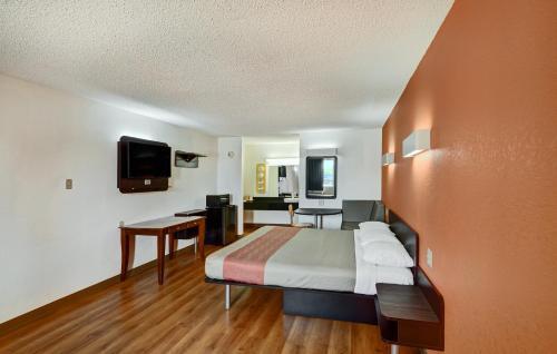 Motel 6 Lindale Photo