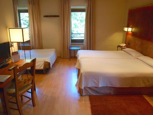 Habitación Triple Estándar  Hotel Santa Cristina Petit Spa 7