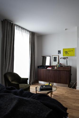 le pigalle hotel h tel 9 rue frochot 75009 paris adresse horaire. Black Bedroom Furniture Sets. Home Design Ideas