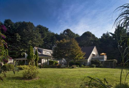 Abbey's Lantern Hill Inn Photo