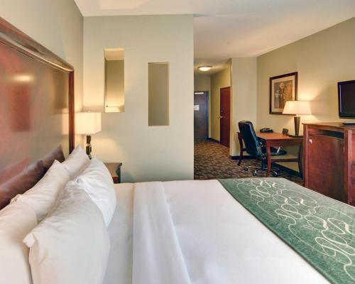 Comfort Suites Near Northeast Mall Photo