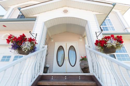 Bearspaw Inn & Suites