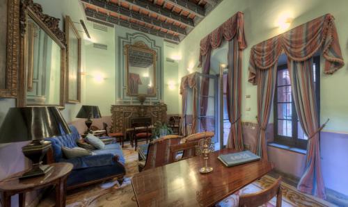 Plaza Lasso, 1, 41410 Carmona, Spain.