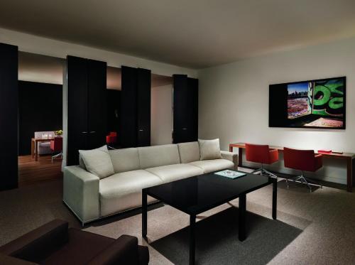 485 5th Avenue, New York, NY 10017, United States.