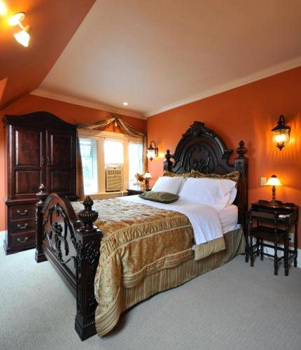 Creighton Manor Inn Bed & Breakfast - Orillia, ON L3V 1B2