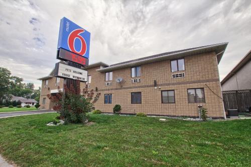 Motel 6 Windsor Photo