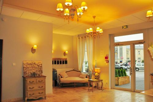 h tel des poemes de chartres h tel 3 place pierre s mard 28000 chartres adresse horaire. Black Bedroom Furniture Sets. Home Design Ideas