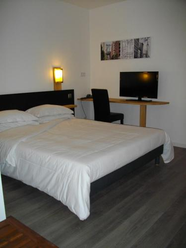 appart 39 hotel residella house avignon h tel 70 rue des vanniers parc de l 39 oseraie 84130 le. Black Bedroom Furniture Sets. Home Design Ideas