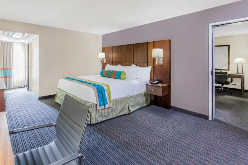 Holiday Inn Hotel & Suites Oklahoma City North Photo