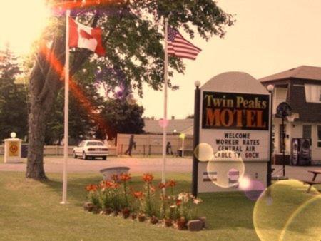 Twin Peaks Motel - Napanee, ON K7R 2B5