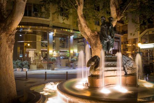 Plaza de Rodrigo Botet 5, 46002 Valencia, Spain.