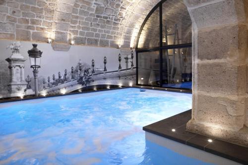 Hotel la lanterne h tel 12 rue de la montagne sainte for Piscine 75005