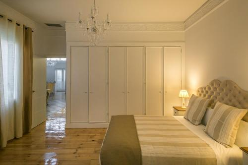 Interior Deluxe Double Room Hostal Central Palace Madrid 9