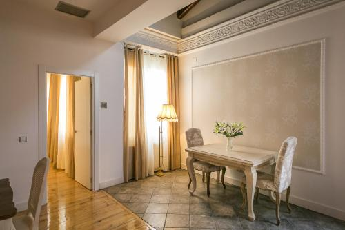 Interior Deluxe Double Room Hostal Central Palace Madrid 3