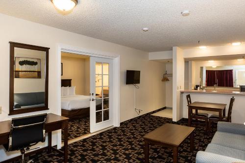 Econo Lodge Inn and Suites Bellingham Photo